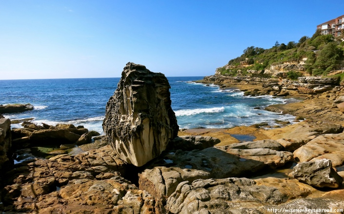 Enormous rock on the path towards Bondi